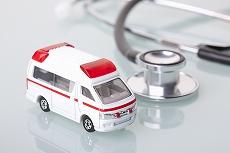 交通事故でケガをした場合、まず救急車などで病院に搬送されます。